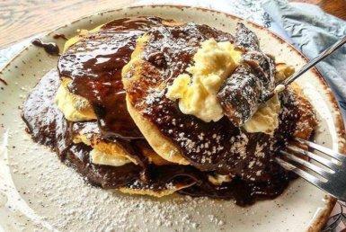 Pancakes με σοκολάτα και bueno στο Big Spoon στην Αγία Παρασκευή