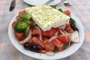 Xωριάτικη σαλάτα στην ταβέρνα τα Πεύκα στο Μαρούσι