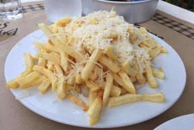 Πατάτες τηγανητές με παρμεζάνα στα Μπιφτεκάκια και Σουβλάκια στη Δροσιά