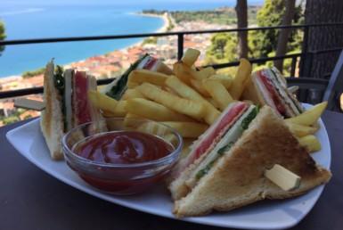 Club Sandwich στο Castello Cafe στη Ναύπακτο