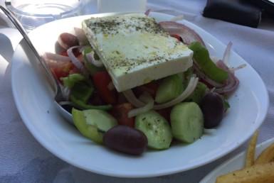 Χωριάτικη σαλάτα στο Περιγιάλι στη Ναύπακτο