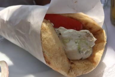 Σουβλάκι με πίτα καλαμάκι χοιρινό στο Ζάχος Grill στη Βουλιαγμένη