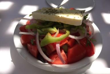 Χωριάτικη σαλάτα στο Ζάχος Grill στη Βουλιαγμένη