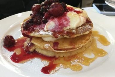 Pancakes με ανθότυρο, berries και μέλι στο Albion στο Ψυχικό