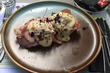 Eggs Benedict με Προσούτο στο Albion στο Ψυχικό