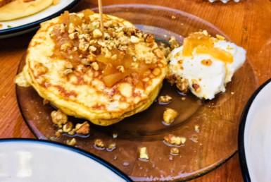 Pancakes Apple Pie στην Κόκκινη Σβούρα στο Χαλάνδρι