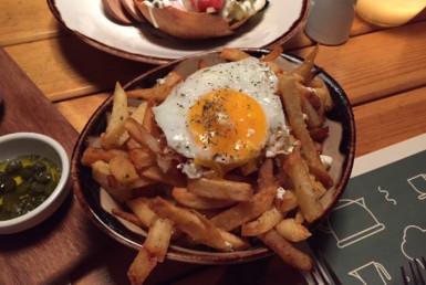 Πατάτες με αβγό στη Stoffa στην Κηφισιά
