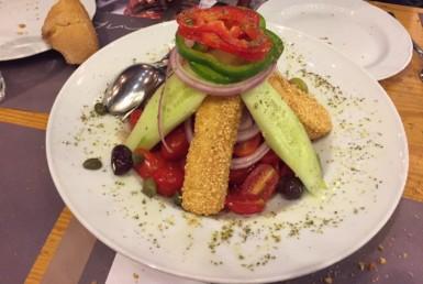Χωριάτικη σαλάτα στο Δράμι στη Γλυφάδα